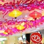 Đèn lồng trang trí trung tâm thương mại vào dịp Tết